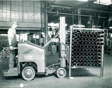 A Clark Trucktier a legelső targonca hidraulikus működésű emelőoszloppal.